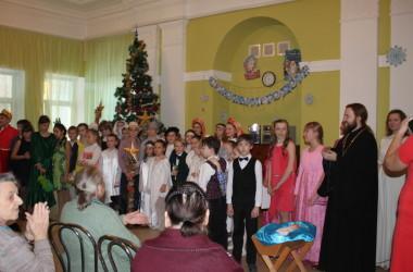 Приход Иоанна Кронштадтского поздравил пожилых людей с Рождеством Христовым