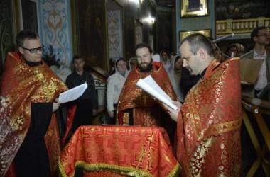 Священнослужители Иоанна-Кронштадтского храма совершили чтение акафиста перед ракой с мощами великомученика Георгия Победоносца.