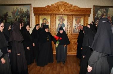 9 Мая сестры Свято-Преображенского монастыря поздравили одну из старейших насельниц обители – схимонахиню Паисию