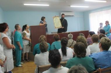 Иерей Александр Копейкин поздравил медиков города Волжского с профессиональным праздником