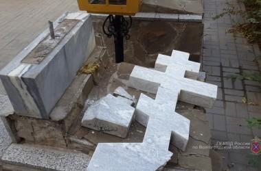 Вандалы разрушили памятный крест возле часовни Урюпинской иконы Божией Матери