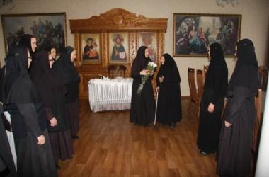 Сестры Усть-Медведицкого монастыря поздравили с годовщиной победы в Сталинградской битве монахиню-ветерана