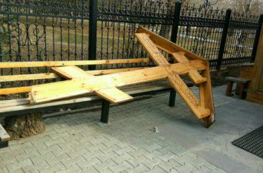 Волгоградские полицейские разыскивают вандалов, сломавших поклонный крест возле Иверской часовни