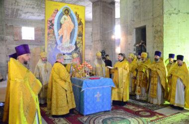 Первая Божественная литургия в строящемся Александро-Невском соборе