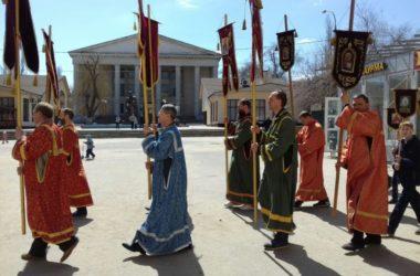 Казаки приняли участие в пасхальном крестном ходе в Тракторозаводском районе города