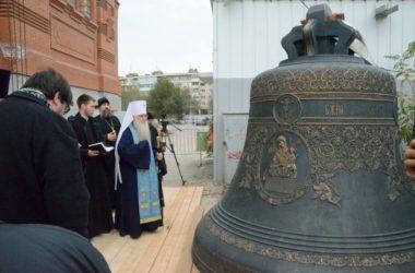На звонницу строящегося Александро-Невского собора подняты колокола
