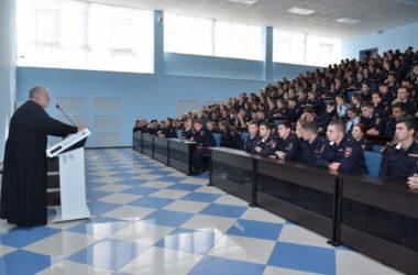 Священник Георгий Лазарев встретился с курсантами Волгоградской академии МВД