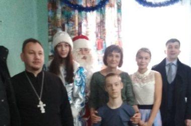 В преддверии праздников настоятель храма Феодора Ушакова посетил людей, нуждающихся в утешении