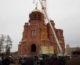 На купол колокольни собора Александра Невского воздвигли крест
