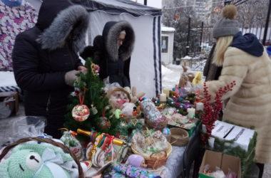 Сувениры, пряники и елочные игрушки ручной работы можно приобрести на Никольской ярмарке