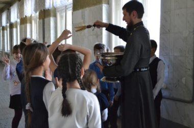 Священники Красноармейского округа посетили школы и детсады в праздник Крещения Господня
