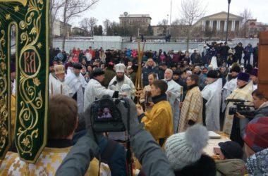 Митрополит Феодор совершил великое освящение воды на Центральной набережной Волгограда