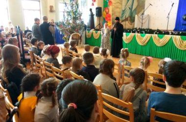 Владыка Феодор поздравил многодетные семьи с Рождеством Христовым