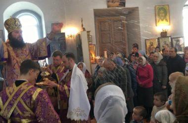 Божественная Литургия в храме Петра и Павла села Карповка