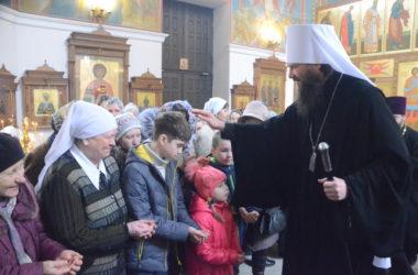 Владыка Феодор впервые совершил богослужение в заводском храме