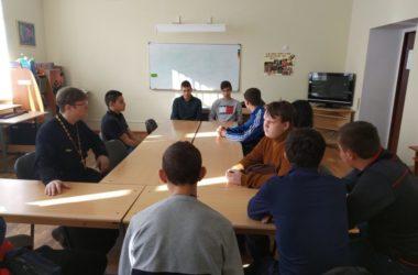 Беседы священника с подростками проходят в Кировском благочинии