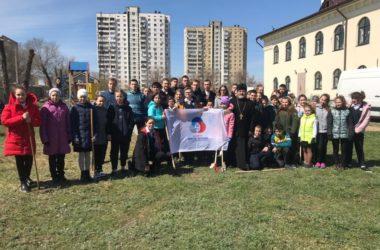 Школьники помогли сделать предпраздничную уборку в храме святого князя Владимира