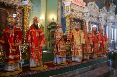 Митрополит Феодор принял участие в Божественной литургии пасхальным чином в Костроме