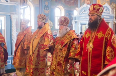 Митрополит Феодор на архиерейском богослужении в кафедральном соборе Костромы