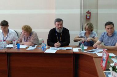 В работе круглого стола «#СООБЩА: лучшее для детей» принял участие священник