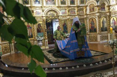 Митрополит Феодор совершил Всенощное бдение в канун праздника Святой Троицы