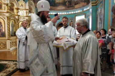 Митрополит Феодор наградил мирян Казанского собора