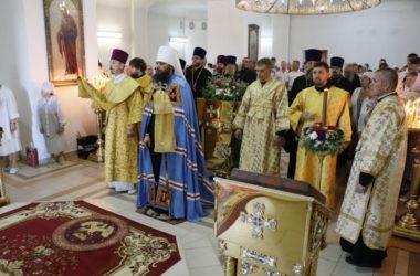 В престольный праздник храма Иоанна Кронштадтского глава митрополии совершил Божественную литургию