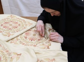 В Екатеринбурге представлены уникальные копии вышивок святой императрицы Александры и ее сестры, великой княгини Елизаветы Феодоровны