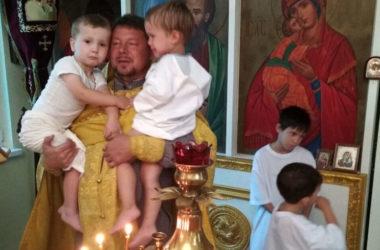Малышей из многодетных семей окрестили в праздник Крещения Руси