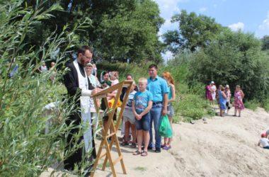 Молодые жители Урюпинского района приняли крещение в водах Хопра