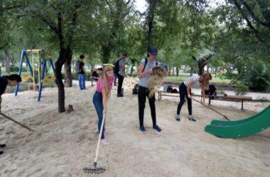 Волонтеры помогают обустроить детскую игровую зону возле Свято-Феодоровского храма