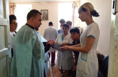 Медработники и пациенты больницы в Красноармейском районе вместе помолились за богослужением