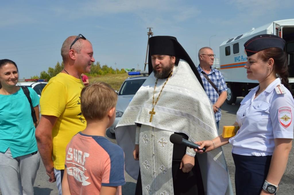 Клирики Никольского собора встречали водителей на границе Камышинского район