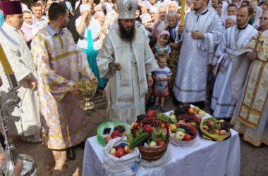 В день Преображения Господня  Владыка Феодор освятил плоды
