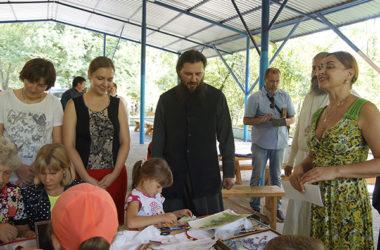 Видео: Владыка Феодор посетил  летнее семейное поселение «Истоки»
