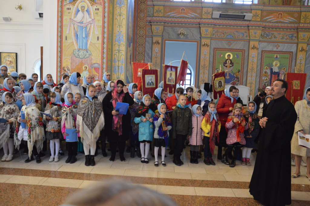 В Большом Покровском хоровом соборе приняли участите 350 девочек со всех приходов митрополии