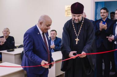 Прихожане Никольского кафедрального собора участвовали в ремонте вузовской аудитории