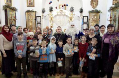 Священнослужитель вместе с прихожанами в Рождество посетили социальные учреждения