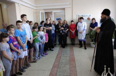 Владыка Феодор во время визита в город Волжский встретился со множеством людей