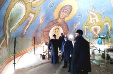 Митрополит Феодор проконтролировал работу по росписи стен Александро-Невского собора