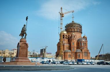 На главный купол собора Александра Невского установлен крест: фотогалерея