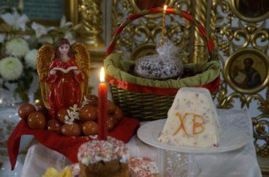В Казанском соборе куличи и яйца освящают в строгом соответствии с требованиями властей