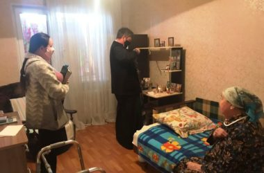 Ответственный за больничное служение священник причастил болящих на дому