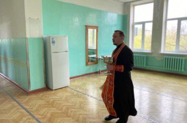 Священнослужитель освятил помещение больницы для людей с диагнозом COVID-19