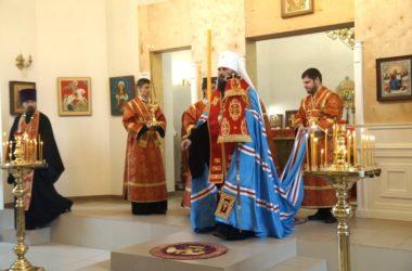 Митрополит Феодор совершил всенощное бдение в Никольском храме Волгограда