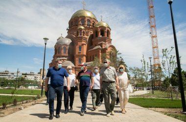 Андрей Бочаров поздравил волгоградцев с Днем России у храма Александра Невского