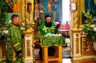 «Пресвятая Троице, Боже наш, слава Тебе»: митрополит Феодор совершил Божественную литургию в кафедральном Казанском соборе