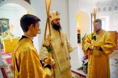 Митрополит Феодор поздравил прихожан храма Иоанна Кронштадтского с общим днем Ангела