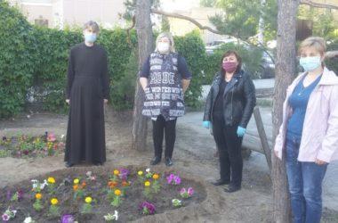 Работники детских садов участвовали в благоустройстве территории Крестовоздвиженского прихода