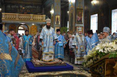 В престольный праздник Казанского кафедрального собора Литургию возглавили митрополит Феодор и епископ Иоанн